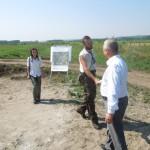 Arheolog Dorel Bondoc intampinandu-l pe presedintele CJ Dolj, Ion Prioteasa
