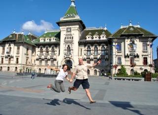 Stefania si Mircea in fata Palatului Administrativ