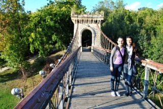 Cu Noemi (dreapta) pe Podul Suspendat din Parcul Romanescu