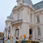 Tablouri expuse in curtea Palatului Jean Mihail