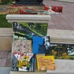 Tablouri de vanzare in curtea Palatului Mihail din Craiova