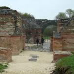Ziduri si poarta situl Felix Romuliana
