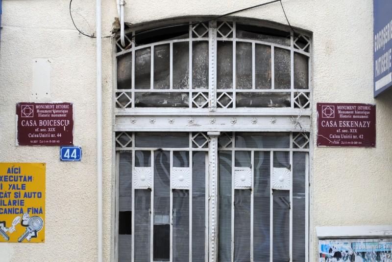 Intrarea in gangul care desparte casele Eskenazy si Boicescu
