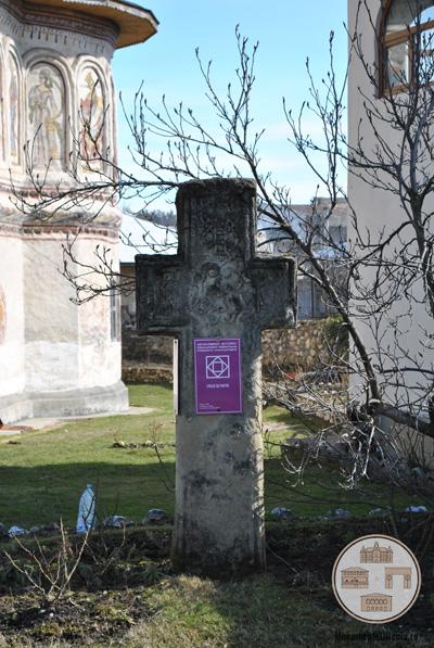 Biserica din Targ, Horezu - cruce de piatra