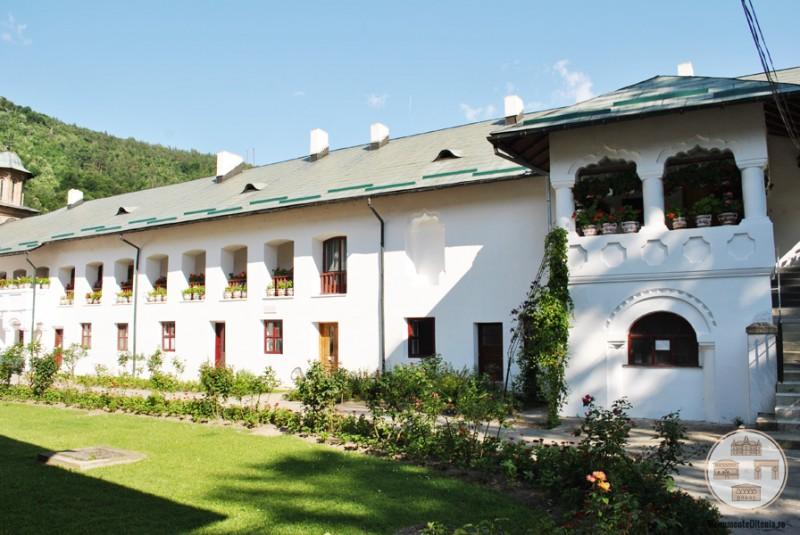 Latura sudica a incintei Manastirii Cozia