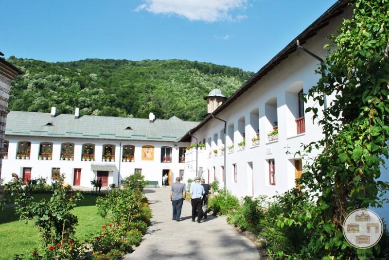 Laturile de sud si est ale incintei Manastirii Cozia
