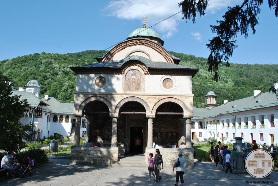 Manastirea Cozia - Biserica Sf Treime - vedere frontala