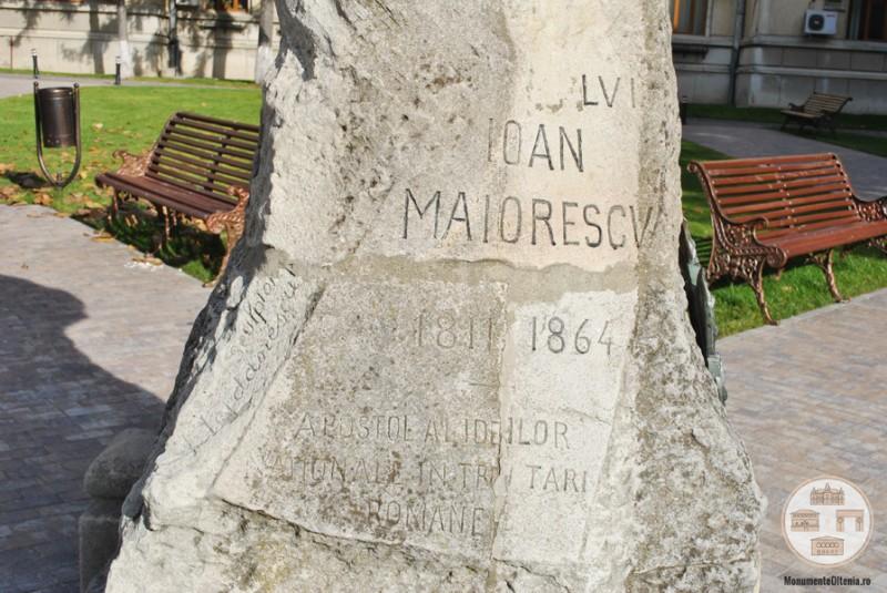 Bustul lui Ioan Maiorescu, Craiova - inscriptie fata soclu
