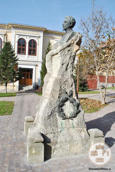 Bustul lui Ioan Maiorescu, Craiova - vedere laterala