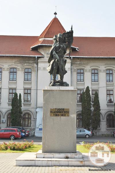 Monumentul lui Tudor Vladimirescu, Craiova - statuia pe soclu