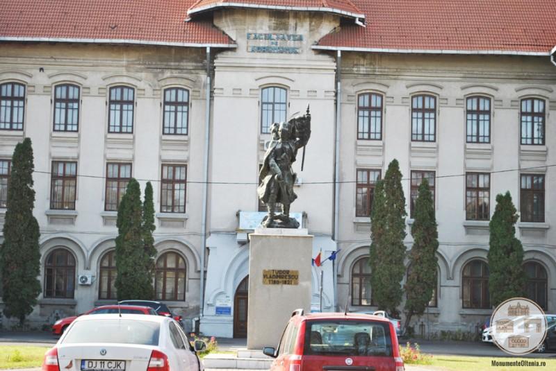 Monumentul lui Tudor Vladimirescu, Craiova - vedere din Gradina Mihai Bravu