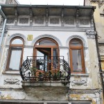 Balcon la etajul unei cladiri istorice din centrul municipiului Slatina (1)