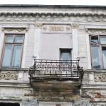 Balcon la etajul unei cladiri istorice din centrul municipiului Slatina (3)
