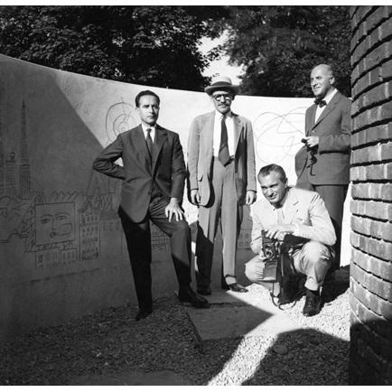 Ludovico Barbiano di Belgiojoso, Saul Steinberg, Enrico Peressutti si Ernesto Rogers (de la stanga la dreapta) la Labyrinth, Triennale X, Milan