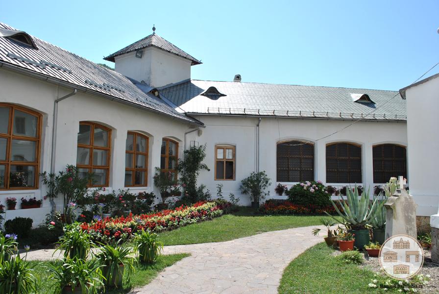 Manastirea Tismana - corpurile incintei