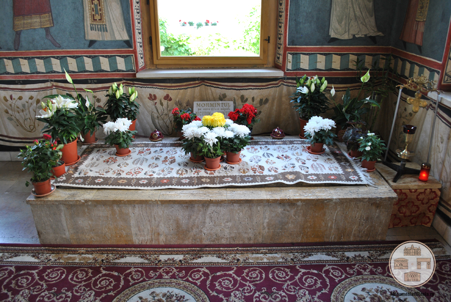 Mormantul Sf. Nicodim din pridvorul Bisericii Manastirii Tismana