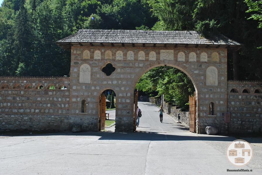 Poarta de intrare in incinta Manastirii Tismana