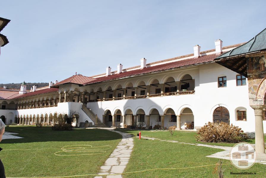 Manastirea Hurezi - latura nordica a incintei interioare