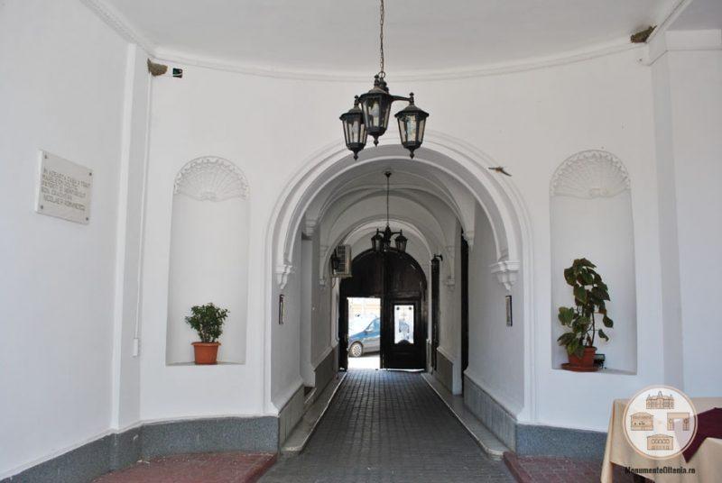 Casa Nicolae Romanescu - gang pavat