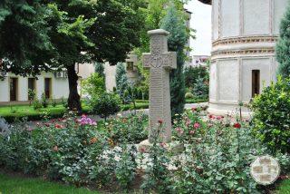 Biserica Sf Nicolae Amaradia Belivaca, Craiova - cruce de piatra