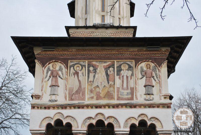 Biserica Sf Nicolae Amaradia Belivaca, Craiova - frontispiciu cu picturi si basoreliefuri