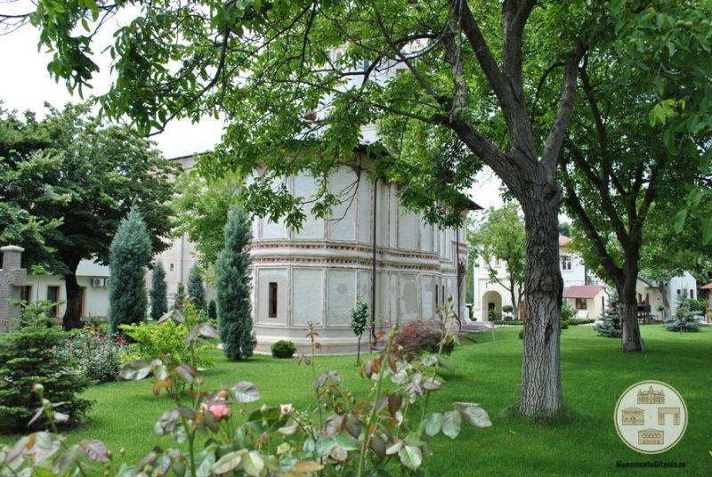 Biserica Sf Nicolae Amaradia Belivaca, Craiova - gradina bisericii