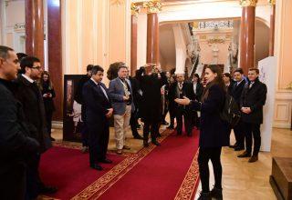 Turisti straini la Palatul Jean Mihail - Muzeul de Arta Craiova